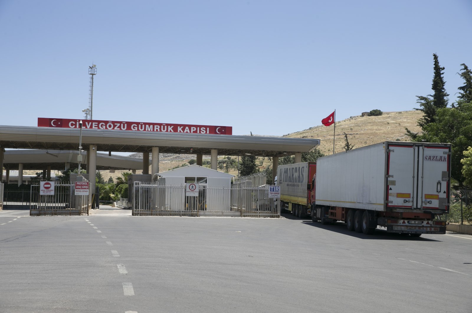 Trucks carrying humanitarian aid cross through the Cilvegözü Border Gate to deliver supplies to civilians in Syria's Idlib province, June 3, 2020. (AA Photo)