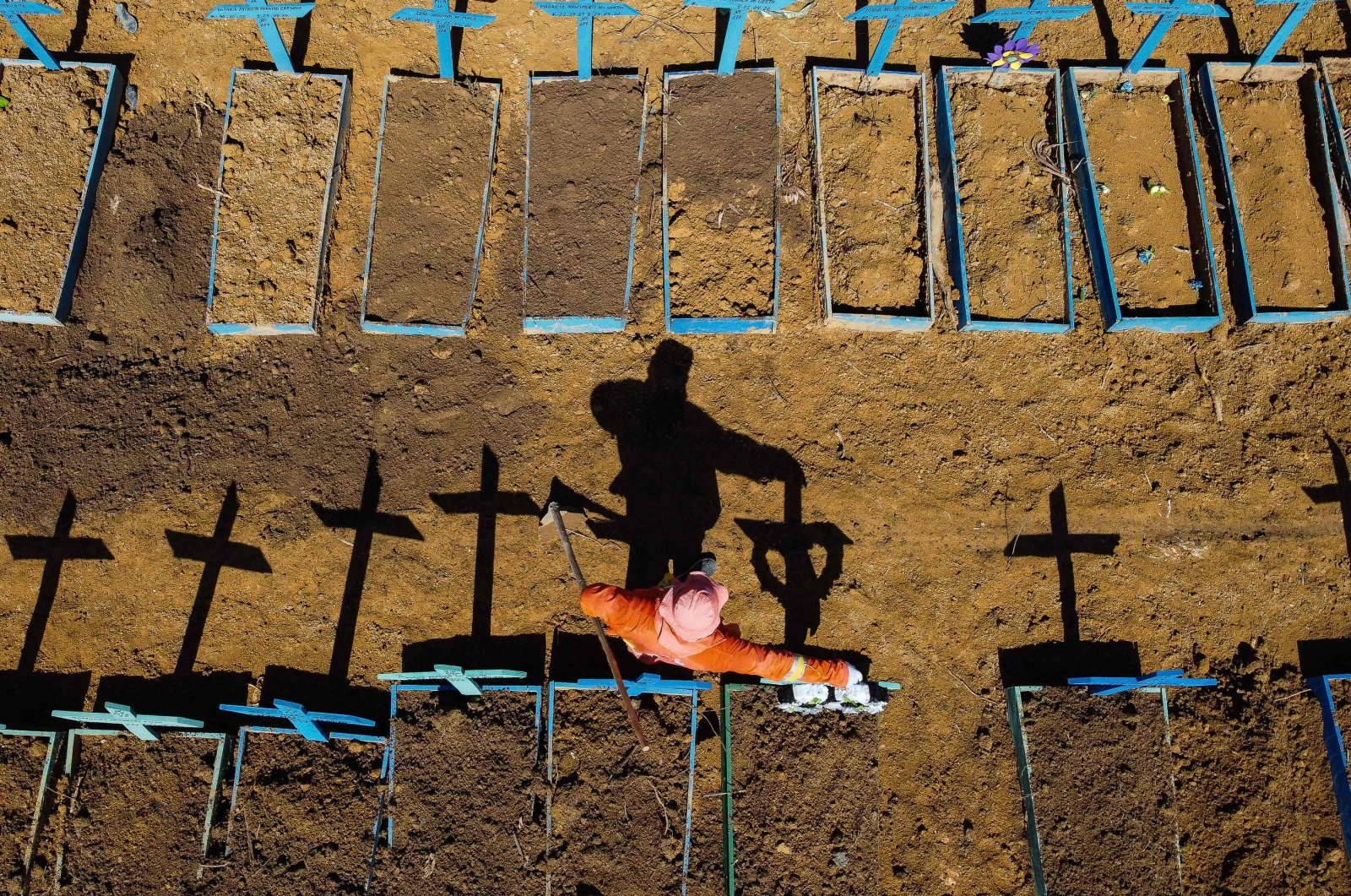 Aerial view showing a gravedigger standing at the Nossa Senhora Aparecida cemetery where COVID-19 victims are buried daily, in the neighborhood of Taruma, Manaus, Brazil, June 2, 2020. (AFP Photo)