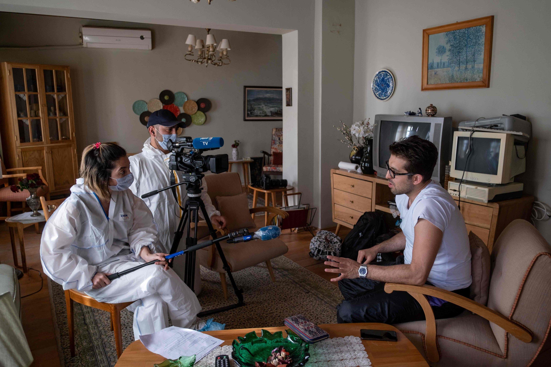 Türk aktör Doğu Demirkol, İstanbul'un eteklerinde Beykoz'da Agence France-Presse (AFP) ile yaptığı röportajda TV setlerinin nasıl çalıştığını açıklıyor, 20 Mayıs 2020. (AFP Fotoğraf)
