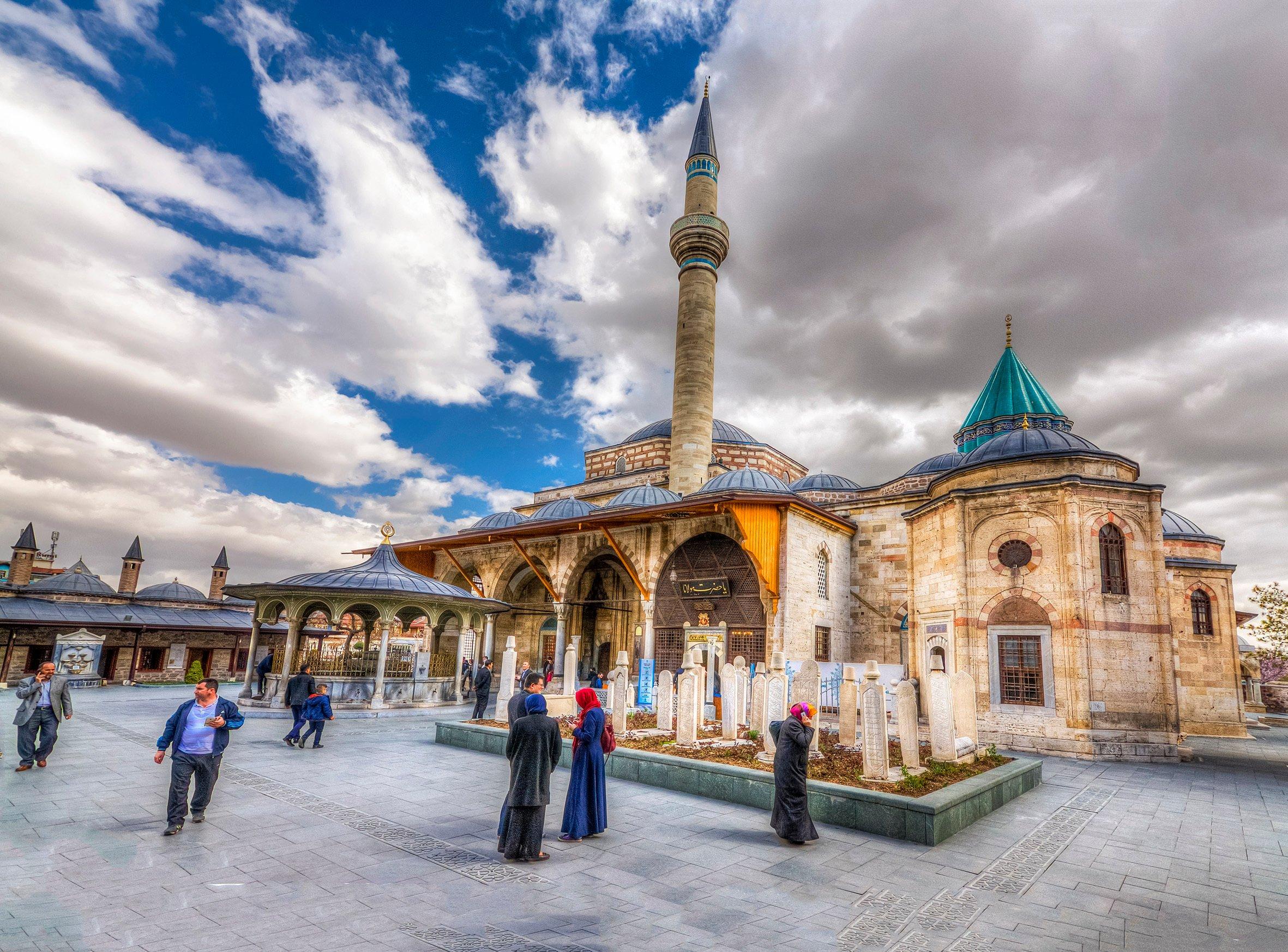 Bahçeden Mevlana Tapınağı manzarası. (iStock Fotoğraf)