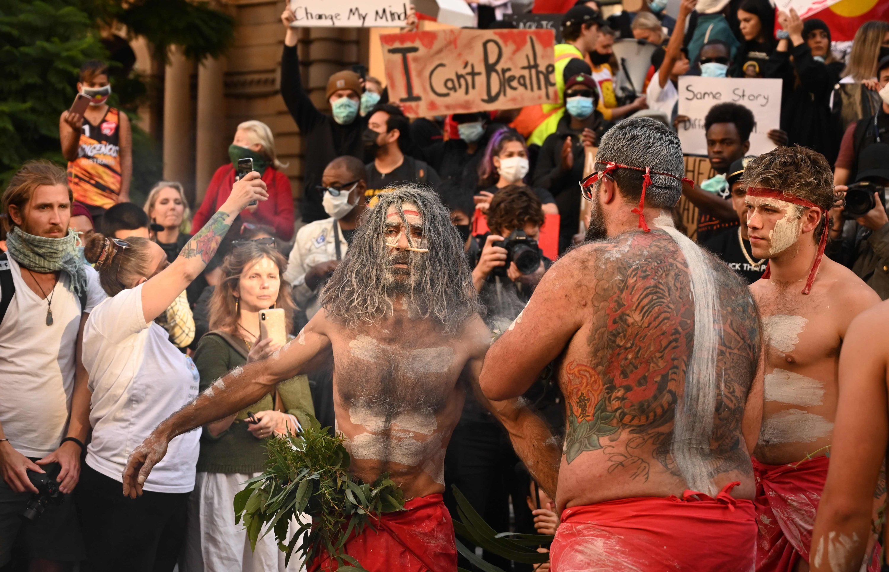Aboriginal protesters perform a traditional smoking ceremony to express solidarity with U.S. protestors, Sydney, June 6, 2020. (AFP Photo)