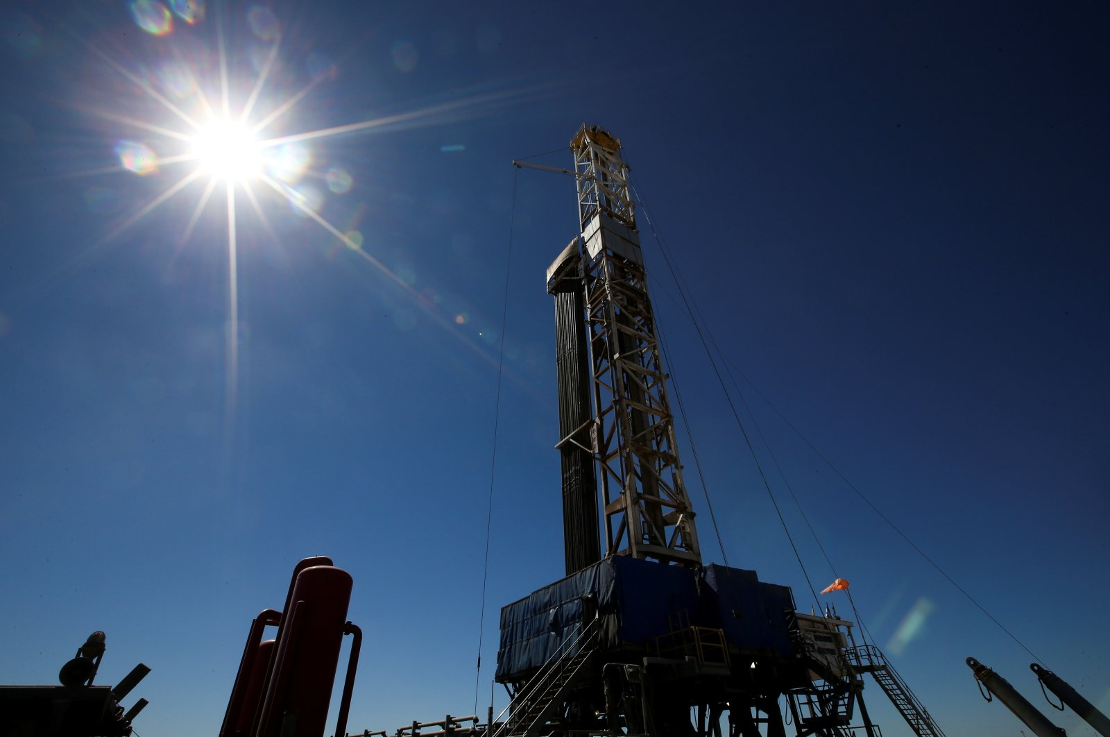 A drilling rig is seen at Vaca Muerta shale oil and gas drilling, in the Patagonian province of Neuquen, Argentina, Jan. 21, 2019. (Reuters Photo)