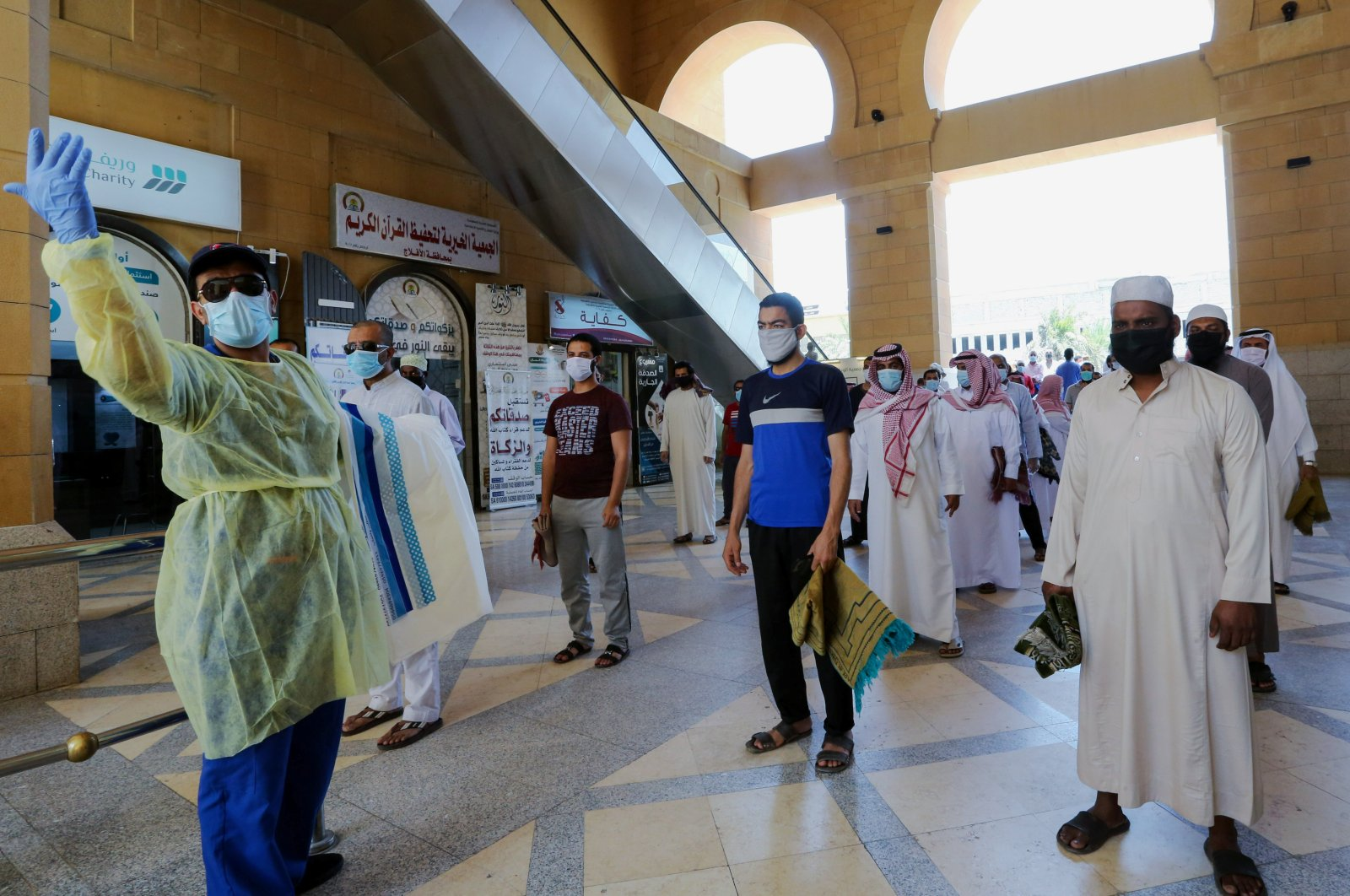A security worker checks worshipers before they perform Friday prayers inside the Al-Rajhi Mosque, Riyadh, Saudi Arabia, June 5, 2020. (Reuters Photo)