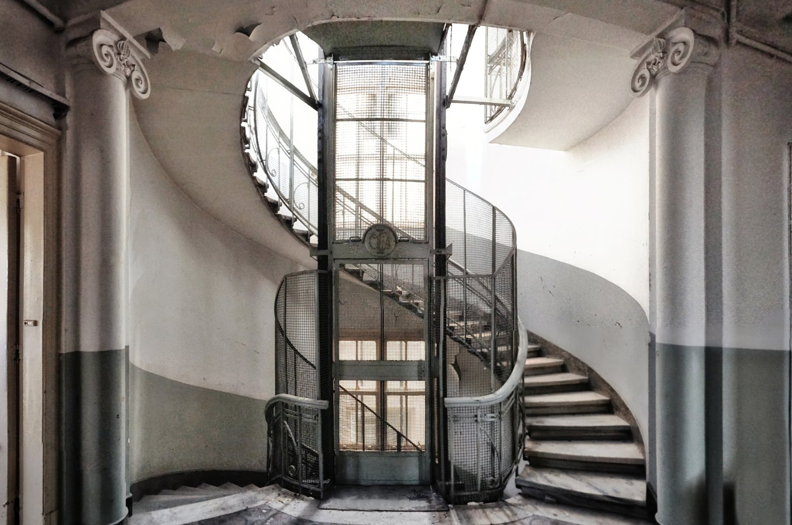 The decoration and ornaments on the main staircase in the building will be preserved.