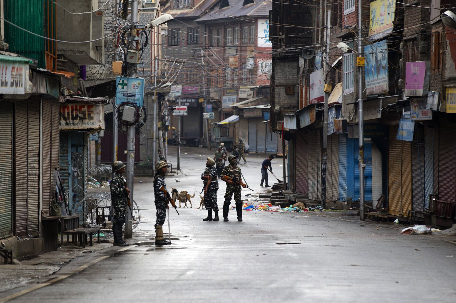 Indian paramilitary soldiers stand guard on a deserted street during curfew, Srinagar, Aug. 8, 2019. (AP Photo)