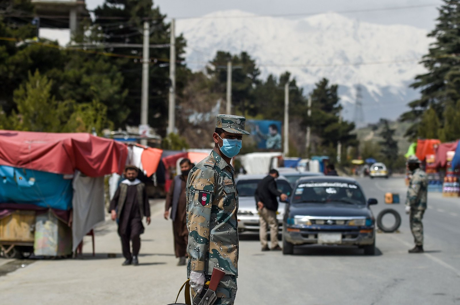 Members of security wearing facemasks stop motorists at a checkpoint during a government-imposed lockdown as a preventive measure against the COVID-19 coronavirus in Kabul, April 8, 2020. (AFP Photo)