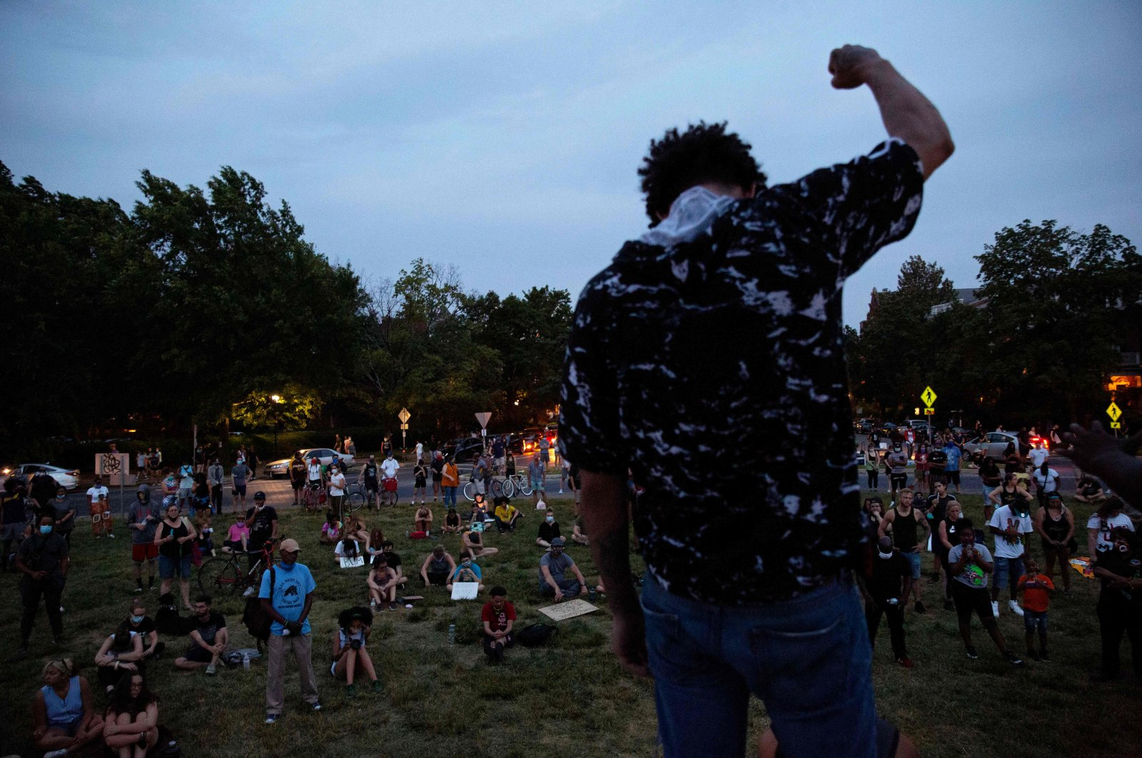 A person holds up a fist as people gather around the Robert E. Lee statue on Monument Avenue in Richmond, Virginia, amid continued protests over the death of George Floyd in police custody, June 4, 2020. (AFP Photo)