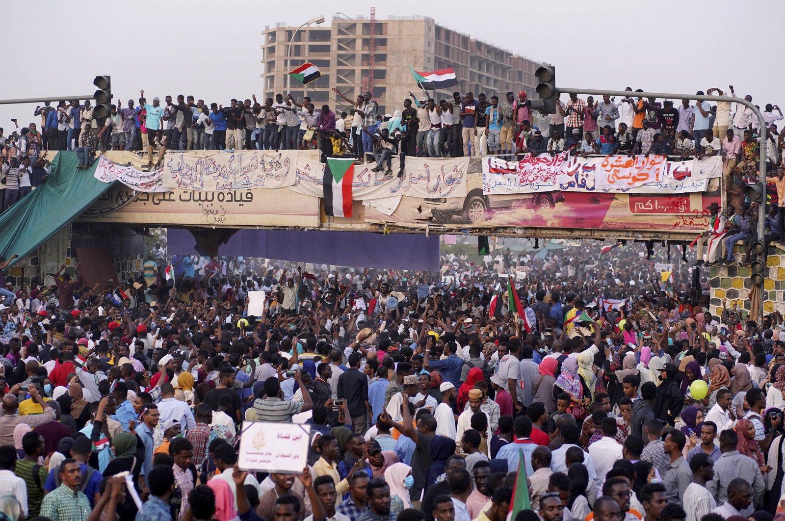 Demonstrators attend a protest rally demanding the resignation of President Omar al-Bashir, Khartoum, Sudan, April 10, 2019. (REUTERS Photo)