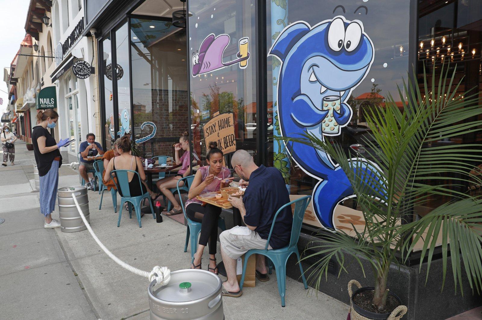 People dine and drink outdoors, Long Beach, N.Y. June 10, 2020. (AP Photo)