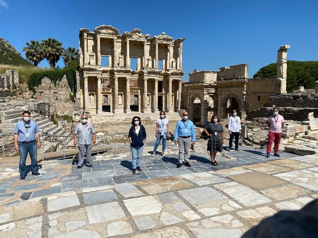 Even out in the open air at the ancient city of Ephesus, tourists and tour guides are required to keep their distance. (IHA Photo)