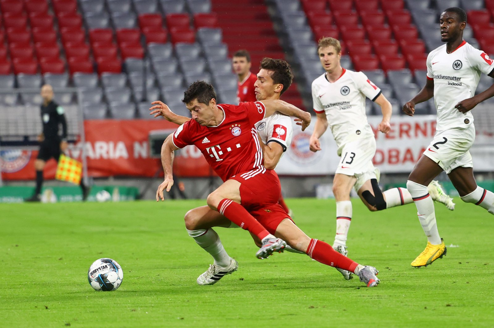 Bayern Munich's Robert Lewandowski (L) and Frankfurt's David Abraham vie for the ball during the German Cup (DFB Pokal) semifinal match in Munich, Germany, June 10, 2020. (AFP Photo)