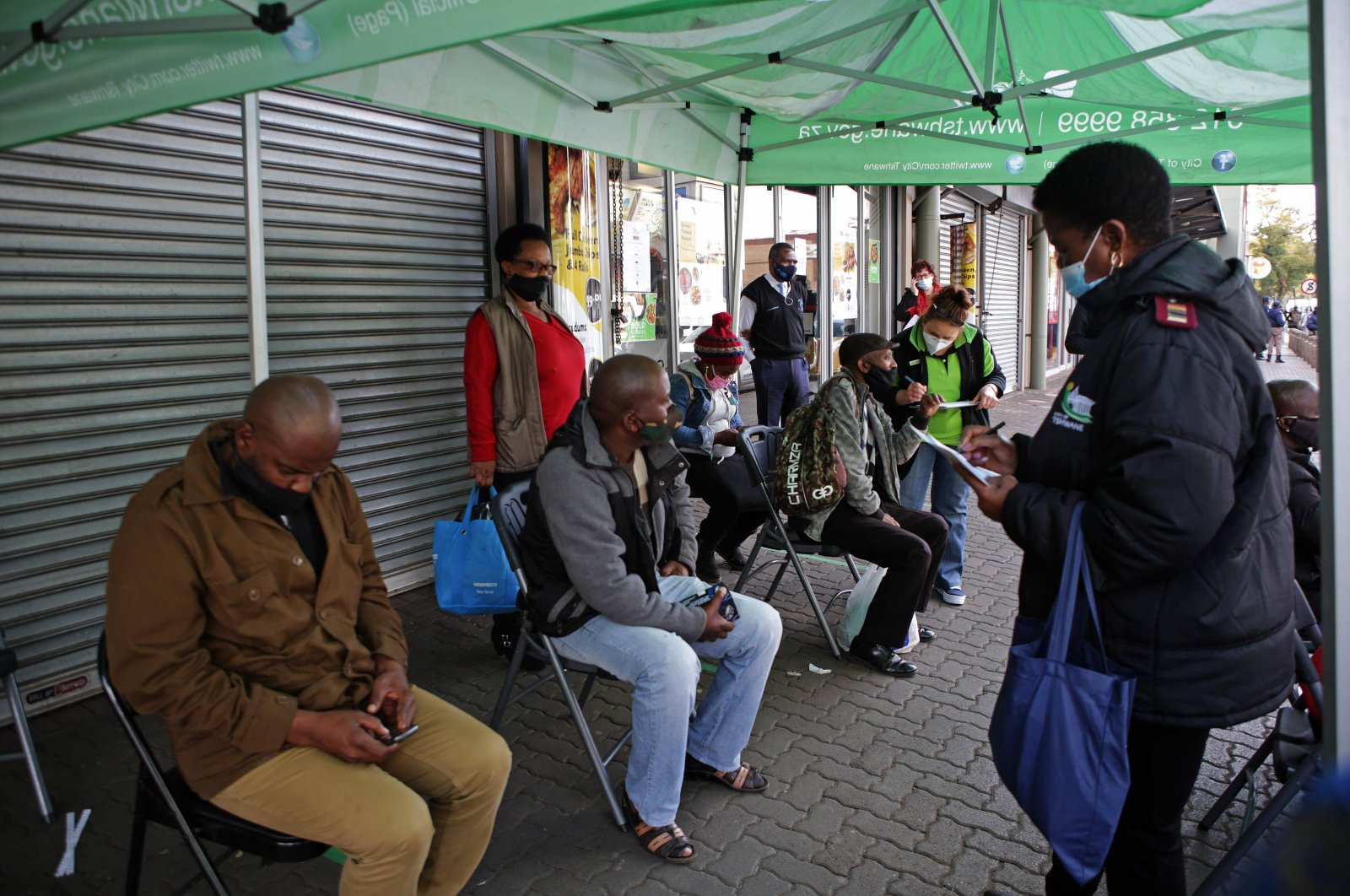 People wait to be screened during a testing drive for the COVID-19 coronavirus at the Bloed Street Mall, Pretoria Central Business District, June 11, 2020. (AFP Photo)