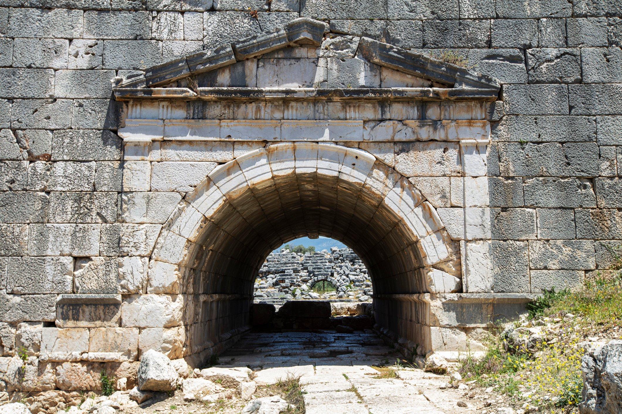 La photo montre une entrée voûtée dans le théâtre sur le site sacré de Letoon près de Xanthos.  (Photo iStock)