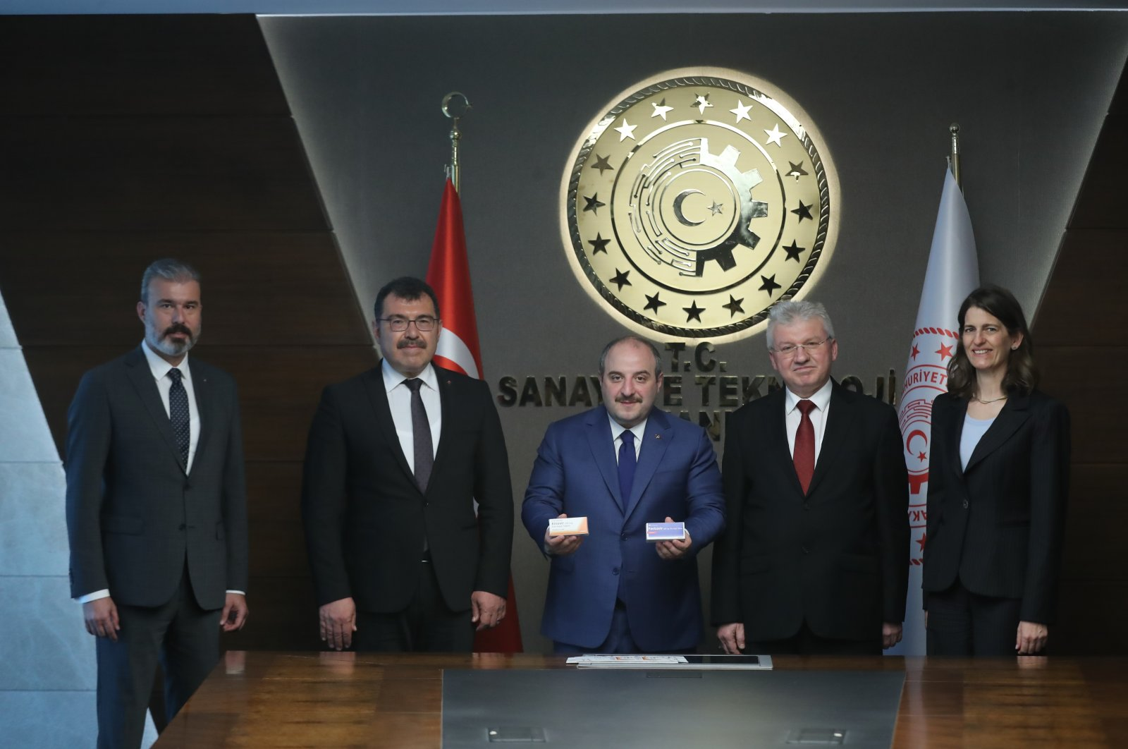 Industry and Technology Minister Mustafa Varank (C) holds favipiravir in a meeting with developers of a local synthesis of the drug, June 12, 2020. (AA Photo)