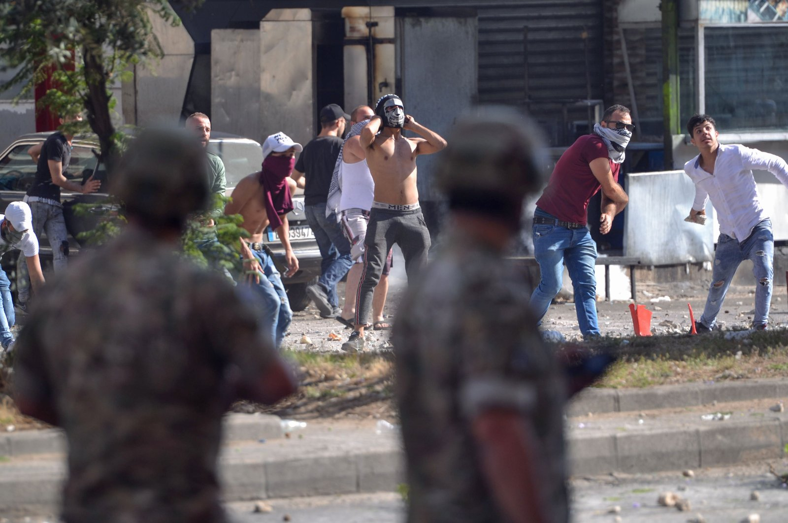 Lebanese anti-government protesters clash with soldiers in the Bab al-Tabbaneh neighbourhood in the northern port city of Tripoli, on June 13, 2020, on the third consecutive day of angry demonstrations across the country due to a deepening economic crisis. (AFP Photo)