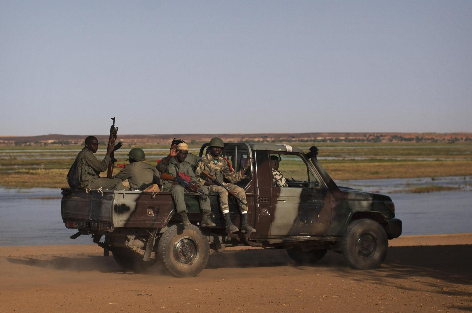 Malian soldiers patrol the banks of the Niger River in a military vehicle in Gao, Mali. Feb. 26, 2013. (Reuters Photo)