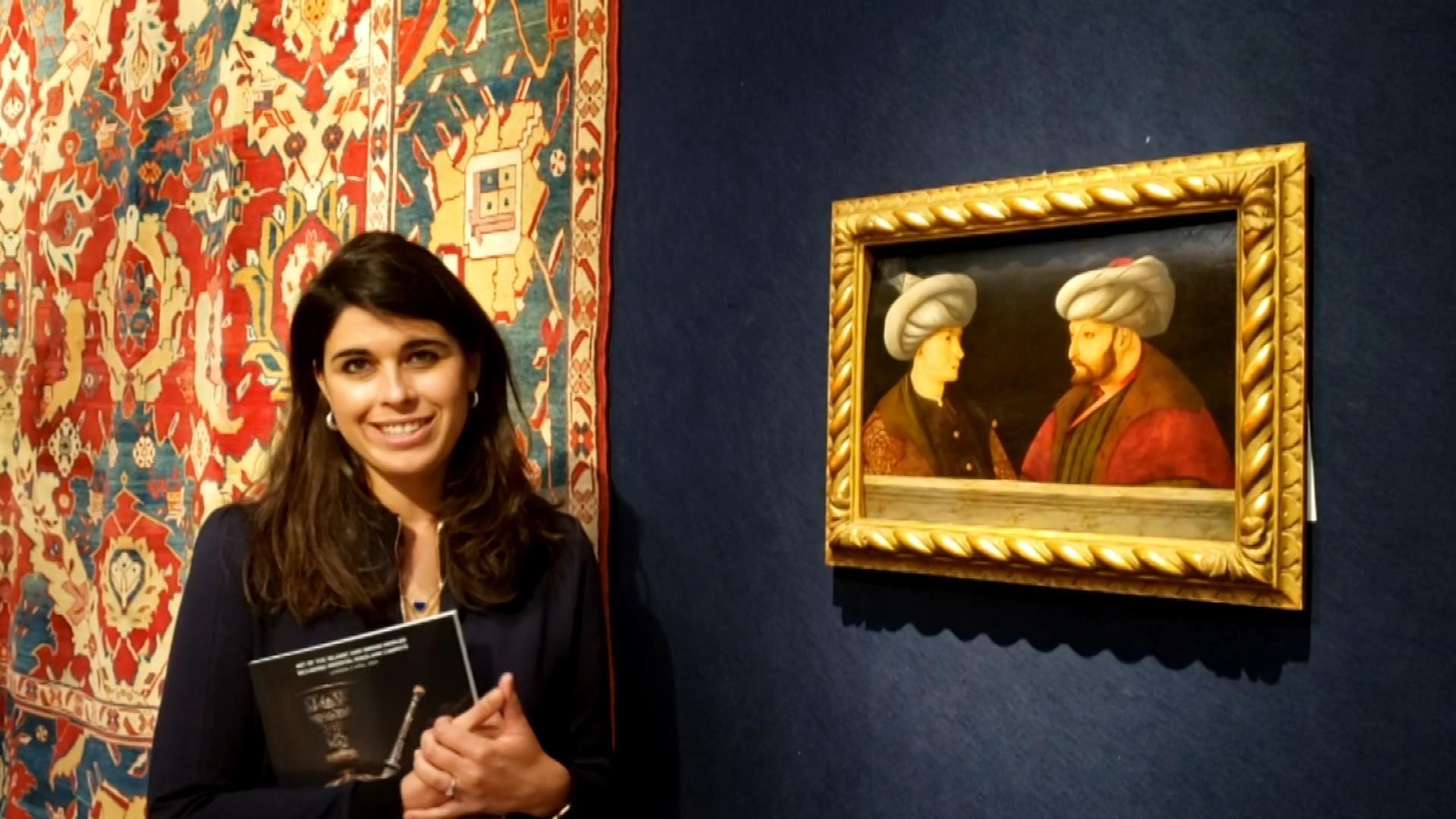 Sara Plumbly, bu tarihsiz fotoğrafta resmin yanında poz veriyor. (DHA FOTOĞRAF)