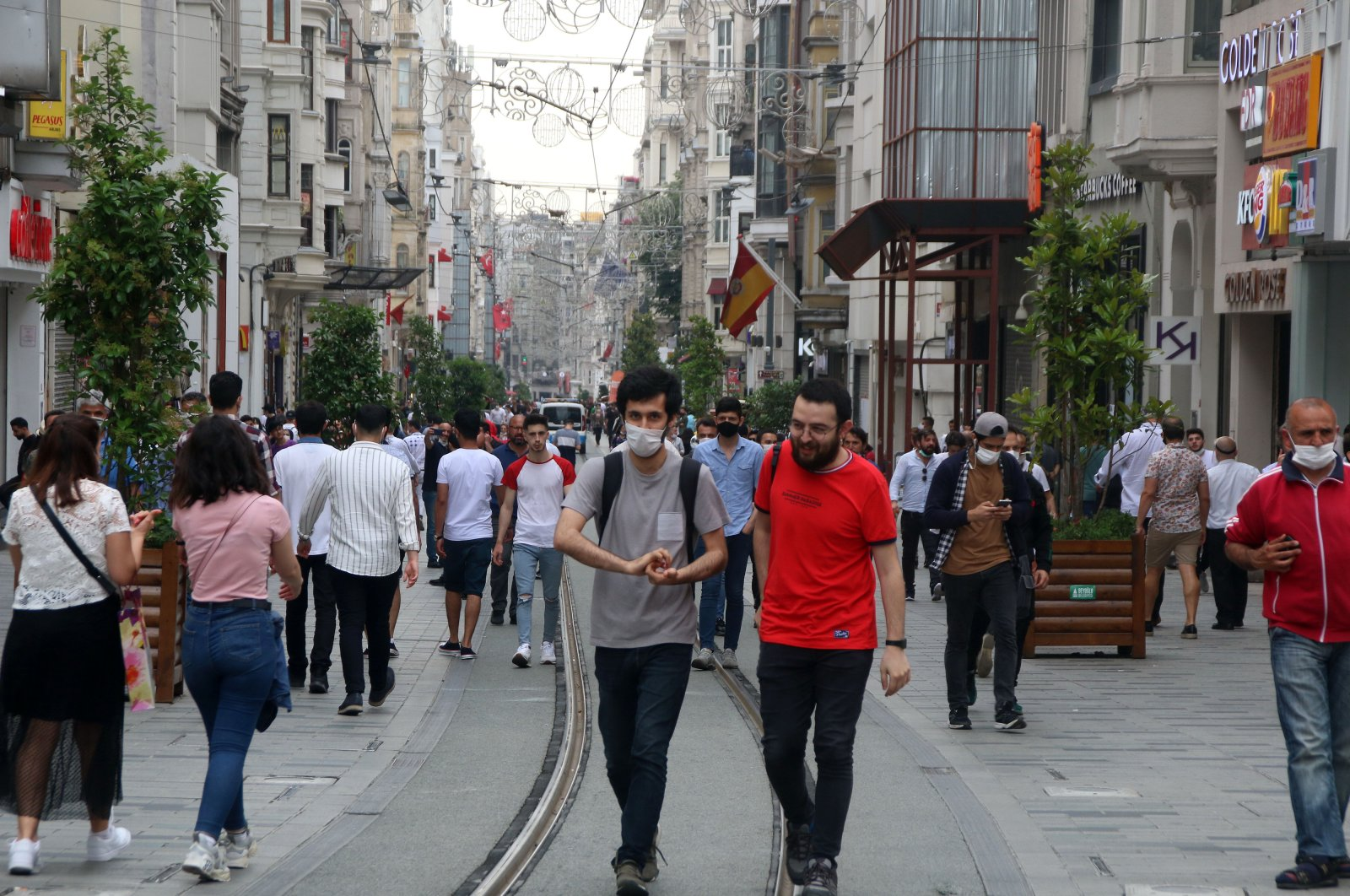 People walking on İstiklal Avenue with and without masks, in Istanbul, Turkey, June 15, 2020. (DHA Photo)