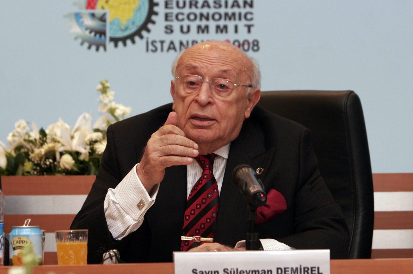 Late President Süleyman Demirel speaks at the Eurasian Economic Summit in Istanbul, May 3, 2008 (Sabah File Photo)