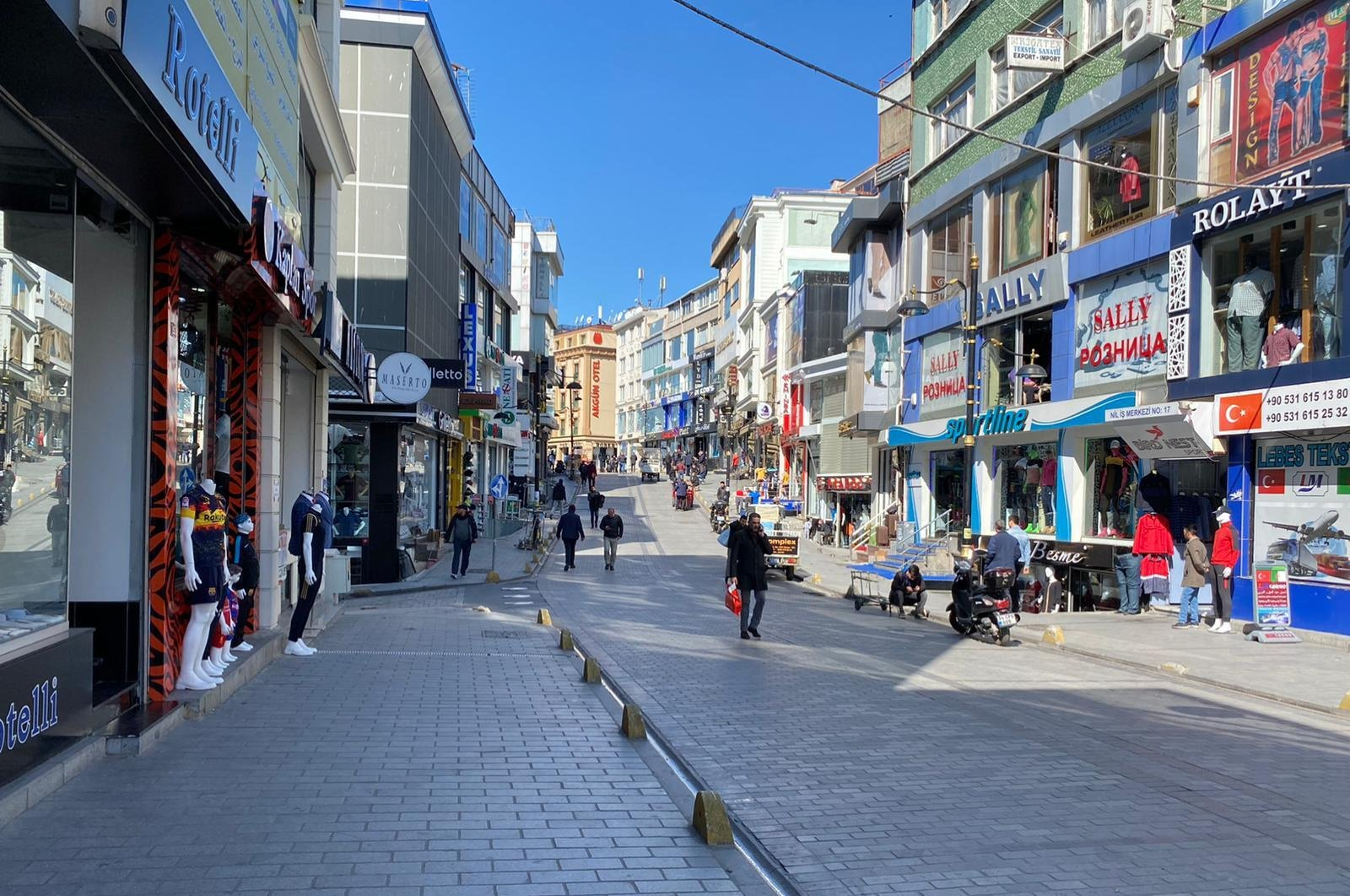 People are seen walking in Laleli, a quarter of Istanbul's Fatih district, March 17, 2020. (DS Photo)