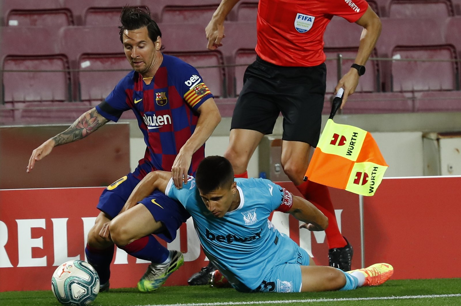 FC Barcelona's Lionel Messi (L) vies for the ball with Leganes' Unai Bustinza during a La Liga football match at the Camp Nou stadium in Barcelona, Spain, June 16, 2020. (AP Photo)