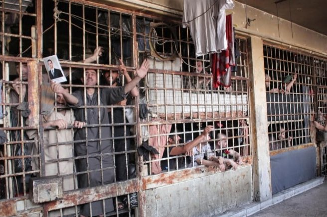 Inmates are seen behind bars in Aleppo's main prison on May 22, 2014. (Reuters File Photo)