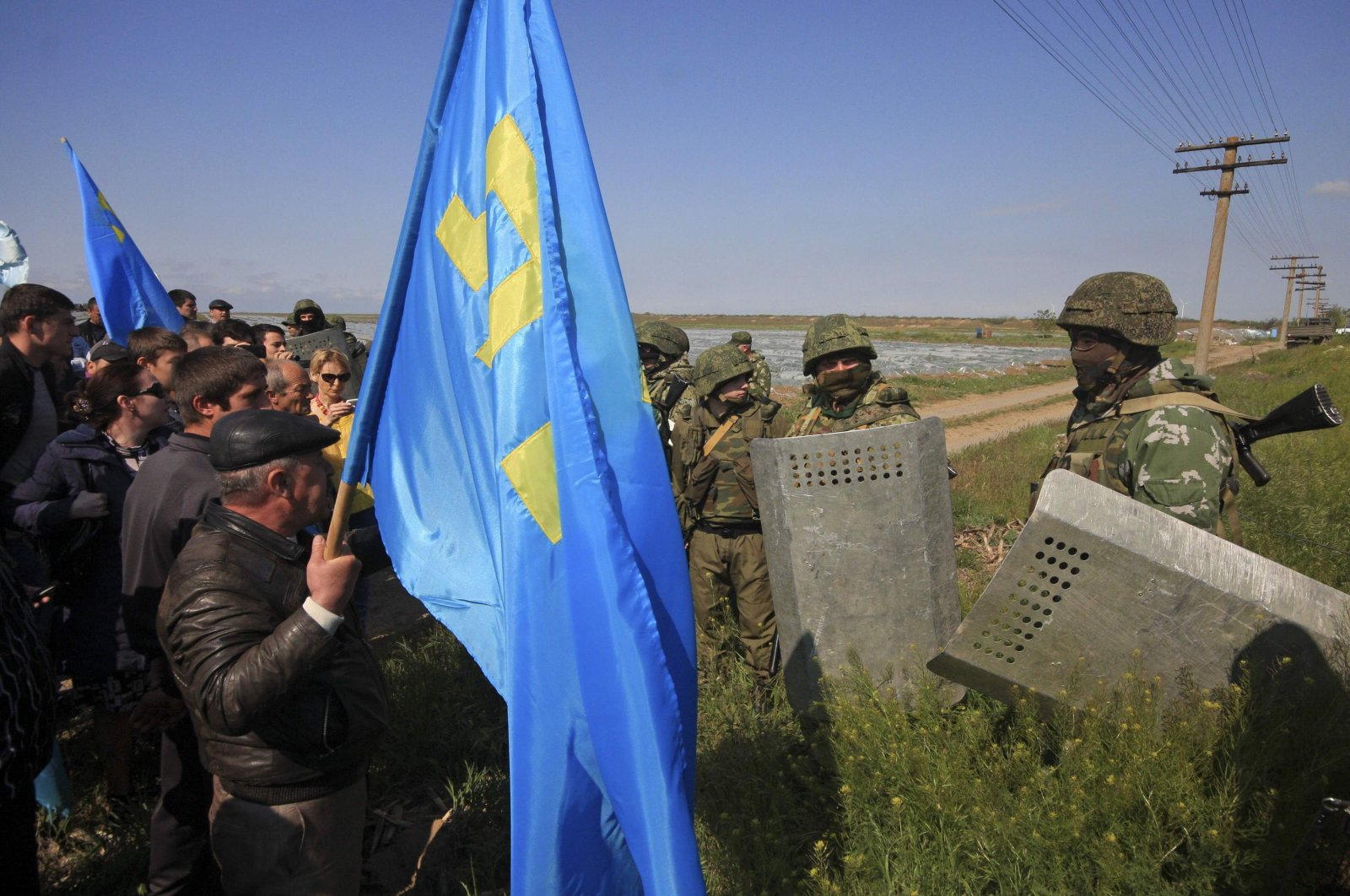 Russian servicemen attempt to block the way for Crimean Tatars to cross a checkpoint connecting Crimea and the Kherson region to meet with former chairman of the Mejlis of the Crimean Tatars, Mustafa Dzhemilev, near the city of Armyansk, Crimea, May 3, 2014. (Reuters Photo)