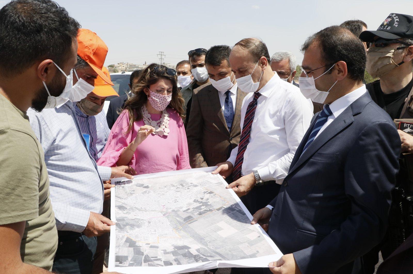Şanlıurfa Governor Abdullah Erin (second right), inspects the construction site of the customs gate that links Syria's Ras al-Ayn to Turkey's Şanlıurfa, June 19, 2020 (AA Photo)