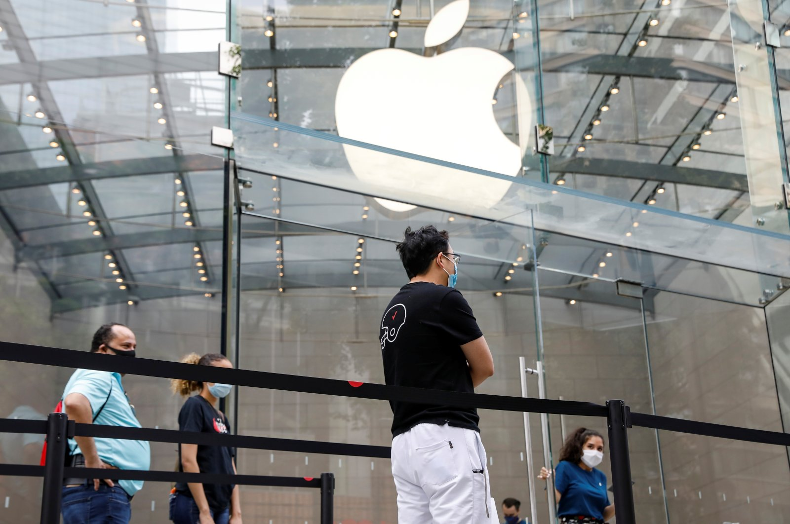 Customers social distance before entering an Apple Store during phase one of reopening after the COVID-19 lockdown in New York City, New York, U.S., June 17, 2020. (Reuters Photo)