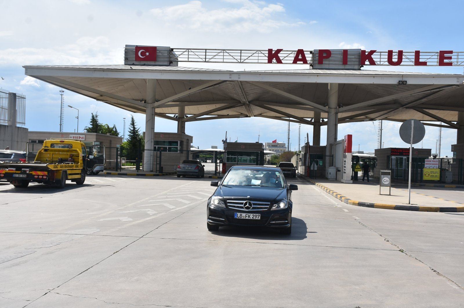 A car carrying Turkish expats enters through the Kapıkule Border Crossing, in Edirne, Turkey, June 21, 2020. (DHA Photo)