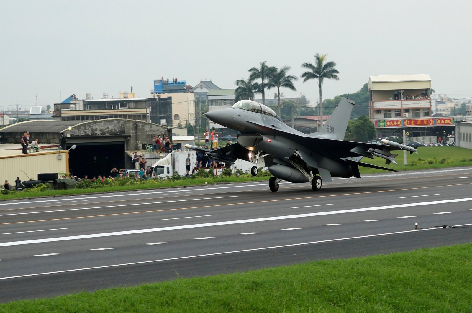 A Republic of China Air Force (ROCAF) F-16V fighter jet lands on a highway used as an emergency runway during the Han Kuang military exercise simulating the China's People's Liberation Army (PLA) invading the island, in Changhua, Taiwan, May 28, 2019. (Reuters Photo)