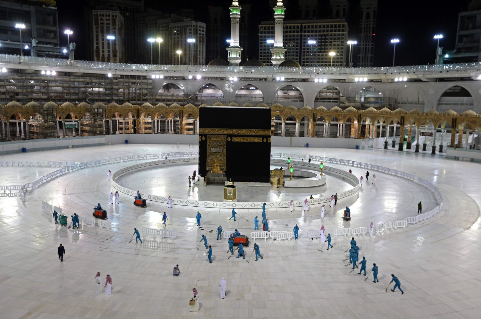Sanitation workers disinfect the area around the Kaaba in Mecca's Grand Mosque, Saudi Arabia, April 24, 2020. (AFP Photo)