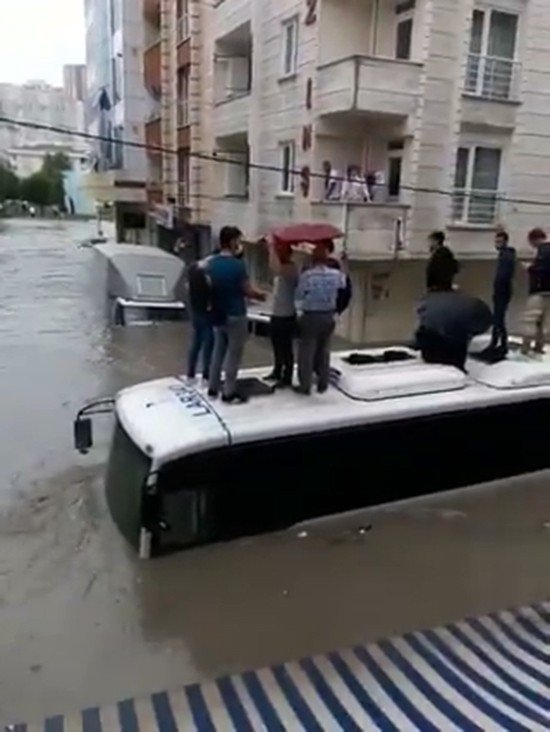 23 Haziran 2020'de İstanbul Esenyurt'ta otobüse binen vatandaşlar. (IHA Fotoğraf)