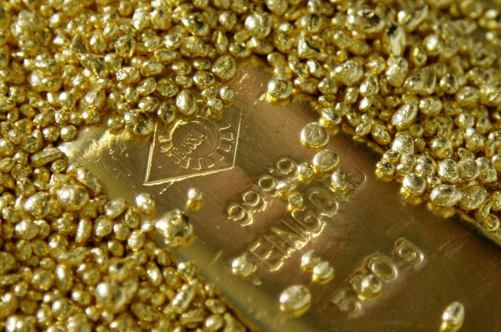 Gold bars and granules are displayed in the Austrian Gold and Silver Separating Plant Oegussa in Vienna, June 2, 2009. (Reuters Photo)