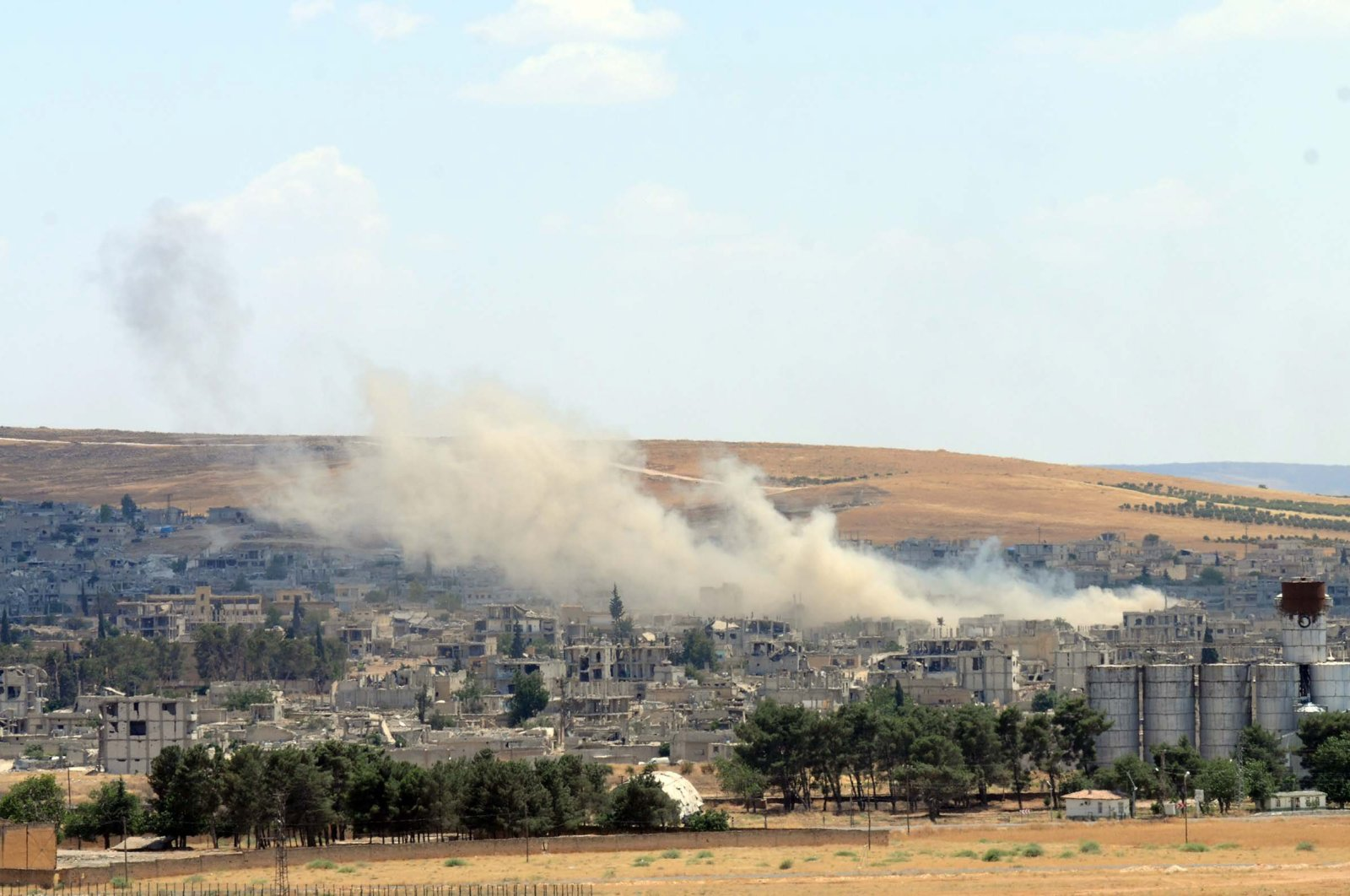 Smoke billows in the northern Syrian city of Ain al-Arab, June 27, 2015 (DHA File Photo)