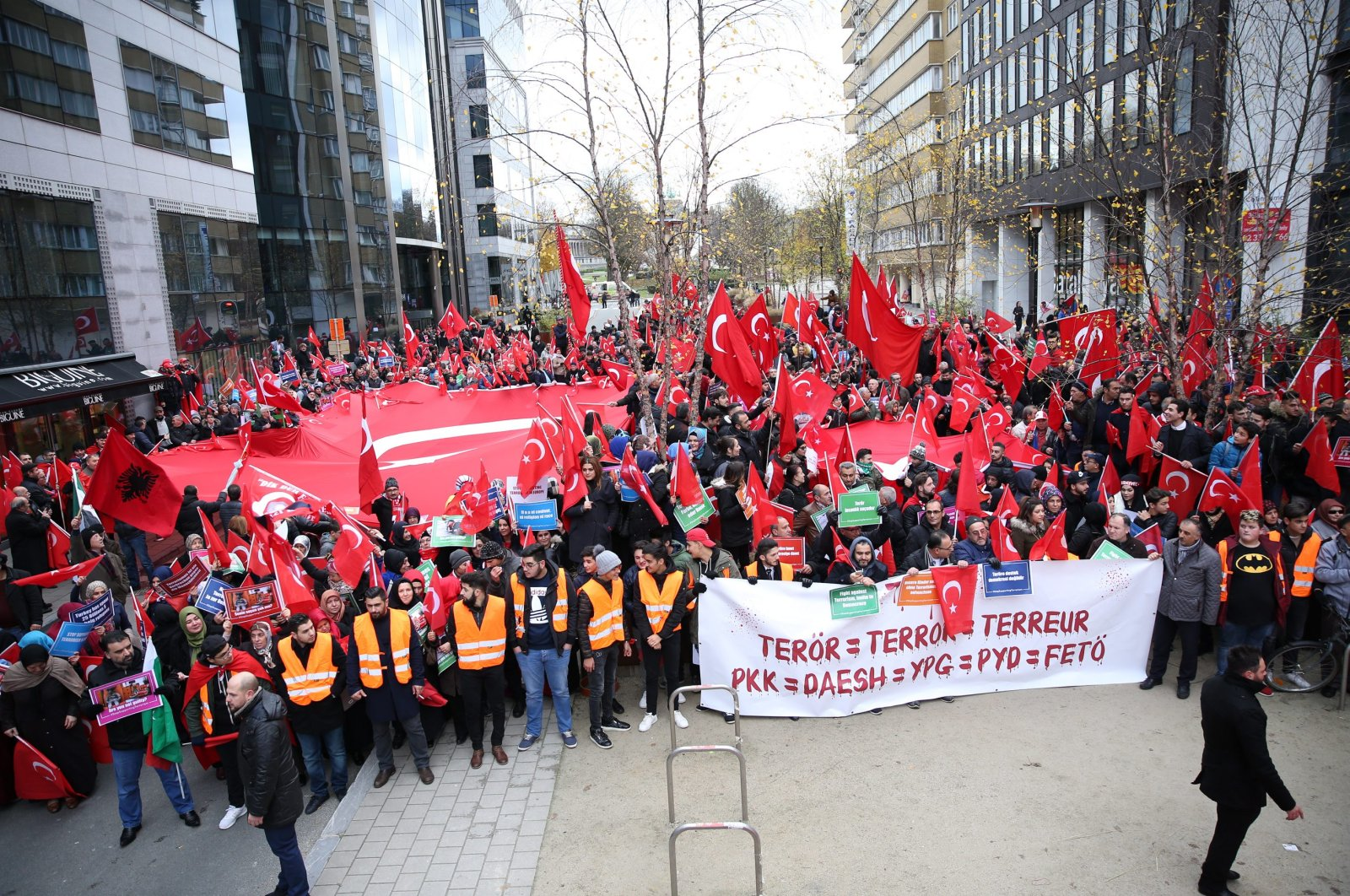 Members of the Turkish community hold a rally to protest against the PKK terror group in Belgium's capital, Brussels, Nov. 21, 2016. (AA Photo)