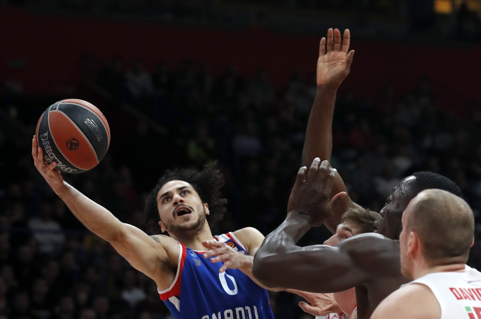 Anadolu Efes' Shane Larkin (L) jumps to shoot as Red Star players stop him during a Euroleague match in Belgrade, Serbia, Jan. 31, 2020. (AP Photo)