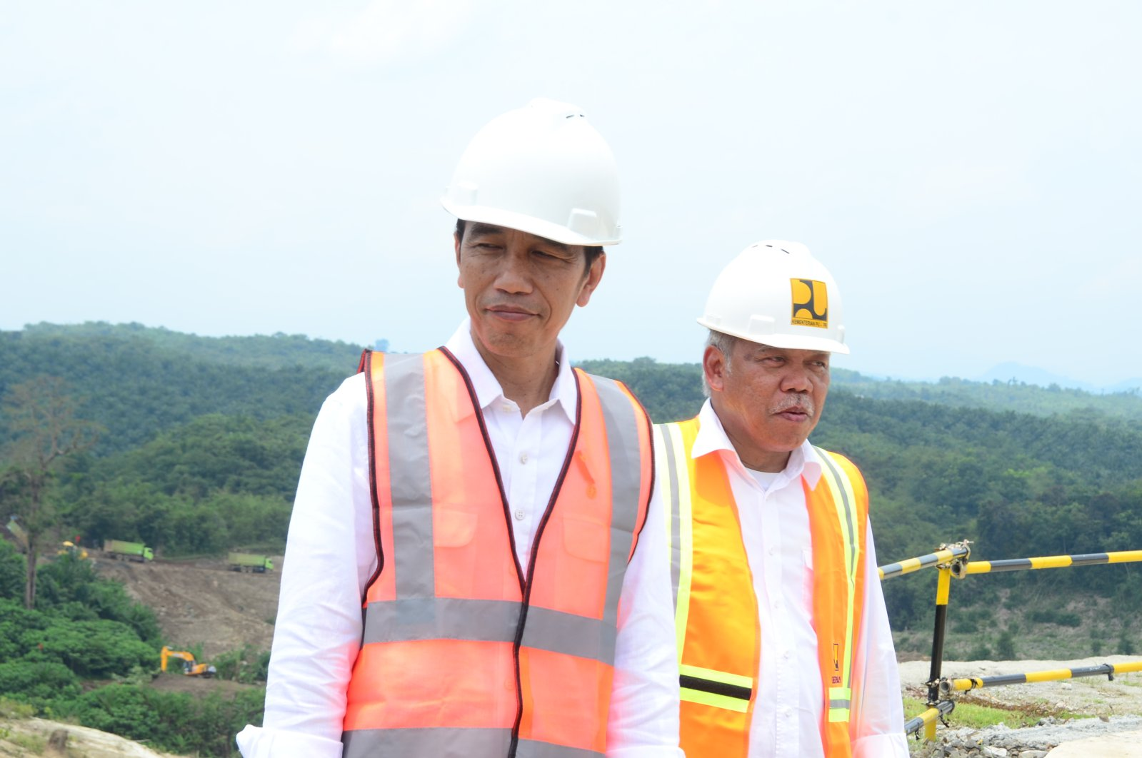 Indonesian Minister for Public Works and Housing Mochamad Basuki Hadimuljono (R) accompanies President Joko Widodo (L) on a visit to Karian Dam in Banten Province, Indonesia, March 10, 2017. (Courtesy of the Indonesian Embassy in Ankara)