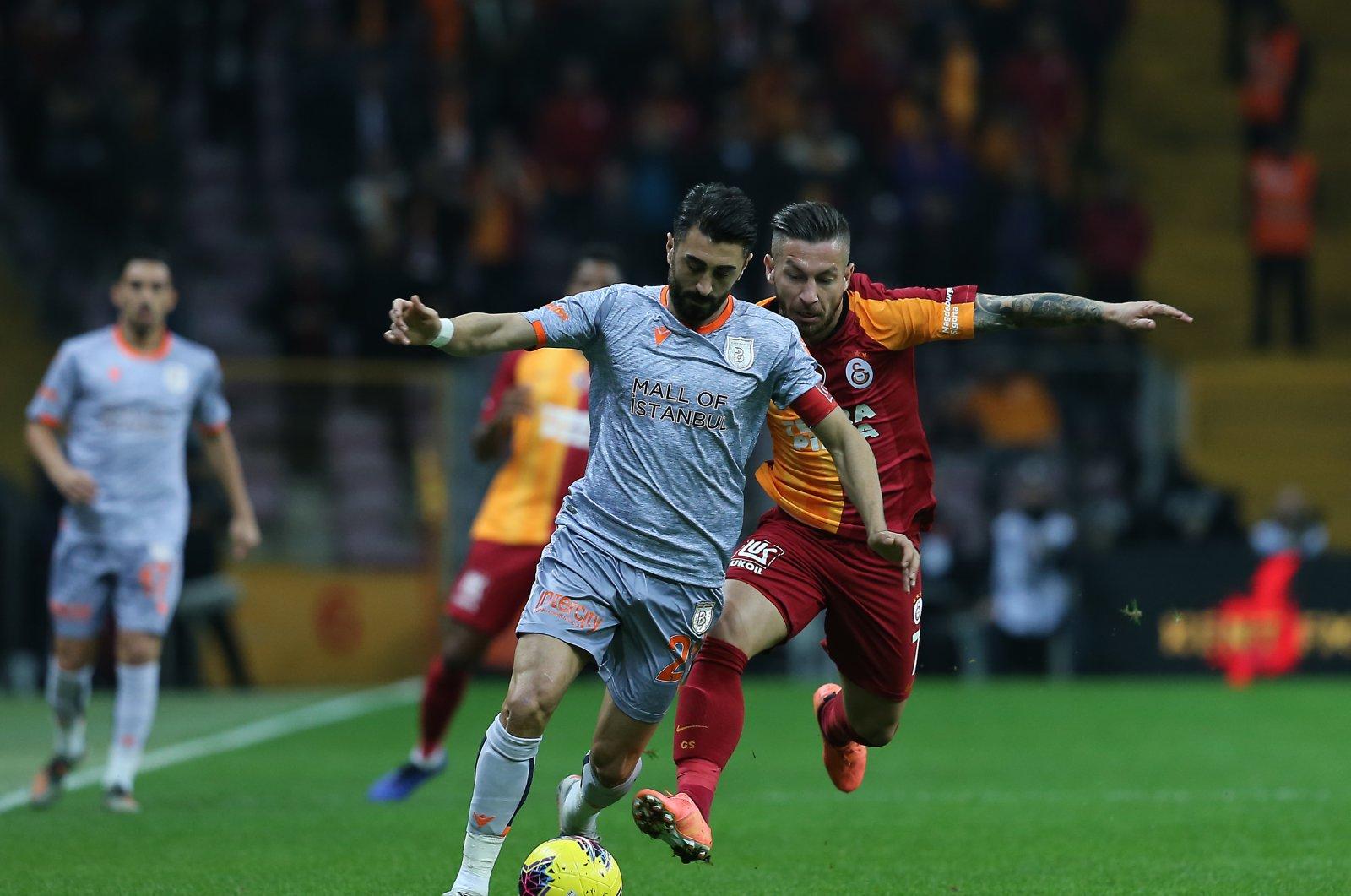 Başakşehir's Mahmut Tekdemir and Galatasaray's Adem Büyük vie for the ball during a Süper Lig match in Istanbul, Turkey, Nov. 22, 2019. (AA Photo)