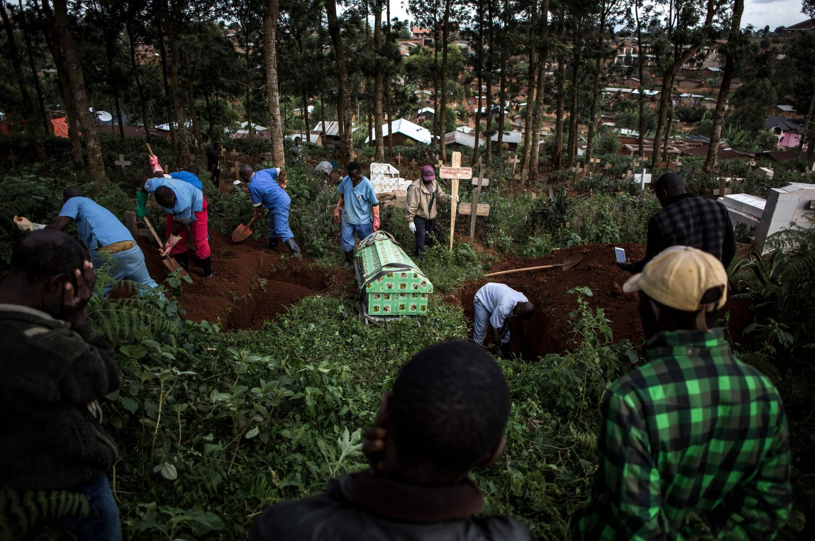 Family members react as they watch a victim of the Ebola virus being buried in Butembo, Democratic Republic of Congo, May 16, 2019.  (AFP Photo)