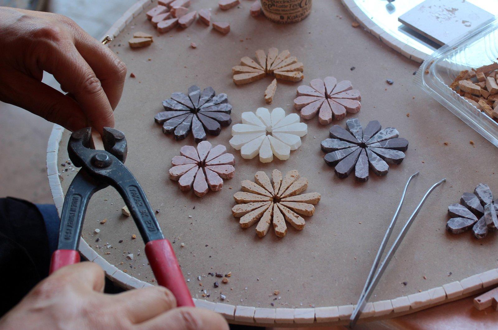 Mosaic masters make great efforts to produce mosaic souvenirs for EXPO visitors. (İHA PHOTO)