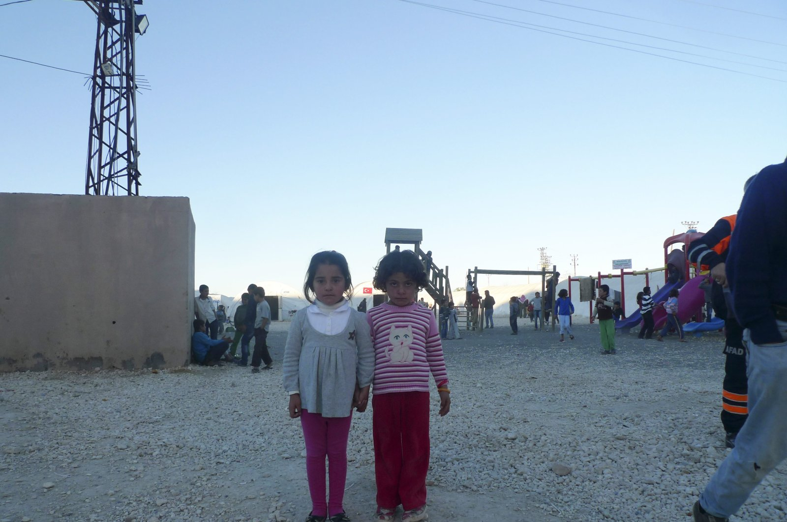 This photo shows two Syrian Kurdish children who have been displaced from their homes in Ayn al-Arab due to the Daesh terrrorist organization, Nov.6, 2014. (Daily Sabah)