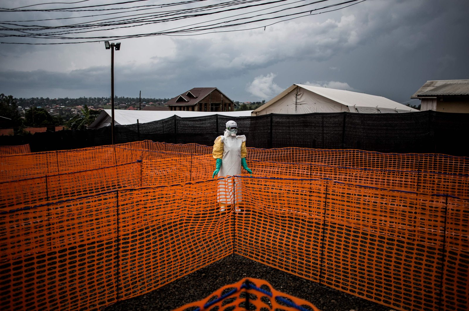 A health worker waits to handle a new unconfirmed Ebola patient at a newly build MSF (Doctors Without Borders) supported Ebola treatment centre (ETC) in Bunia, Democratic Republic of the Congo, Nov. 7, 2018. (AFP Photo)