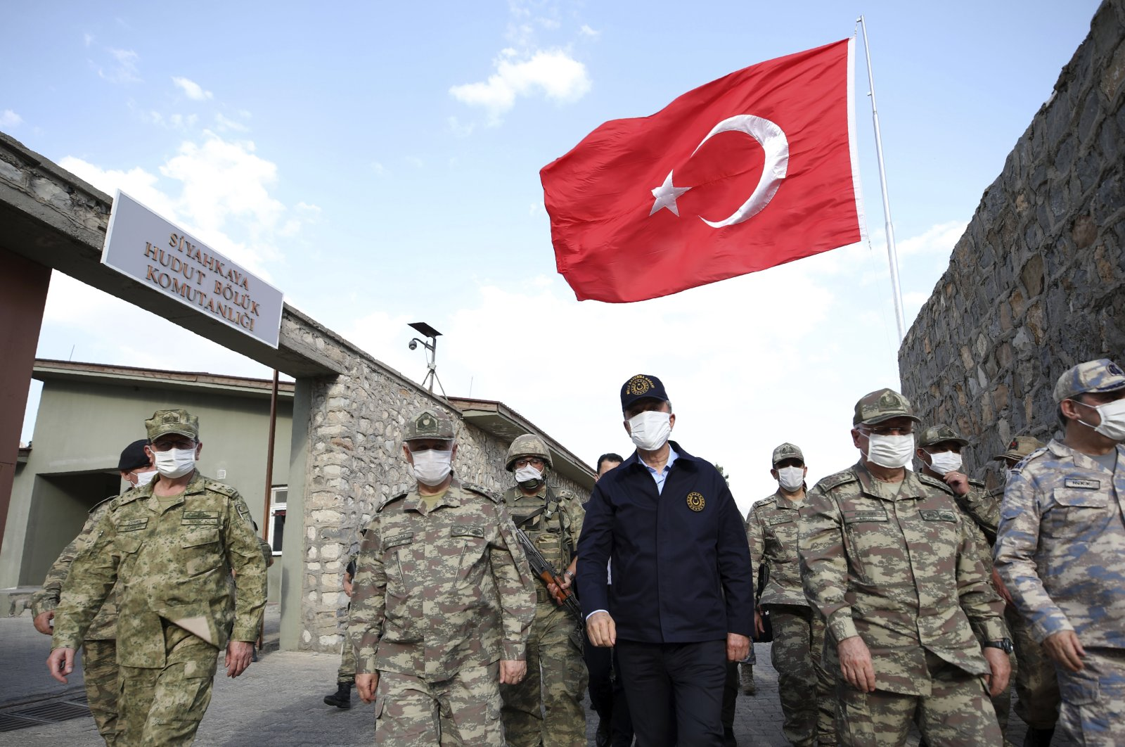 Turkish Defense Minister Hulusi Akar (C) visits Turkish troops at the border with Iraq, in Hakkari, Turkey, June 19, 2020. (COURTESY OF TURKISH DEFENSE MINISTRY)