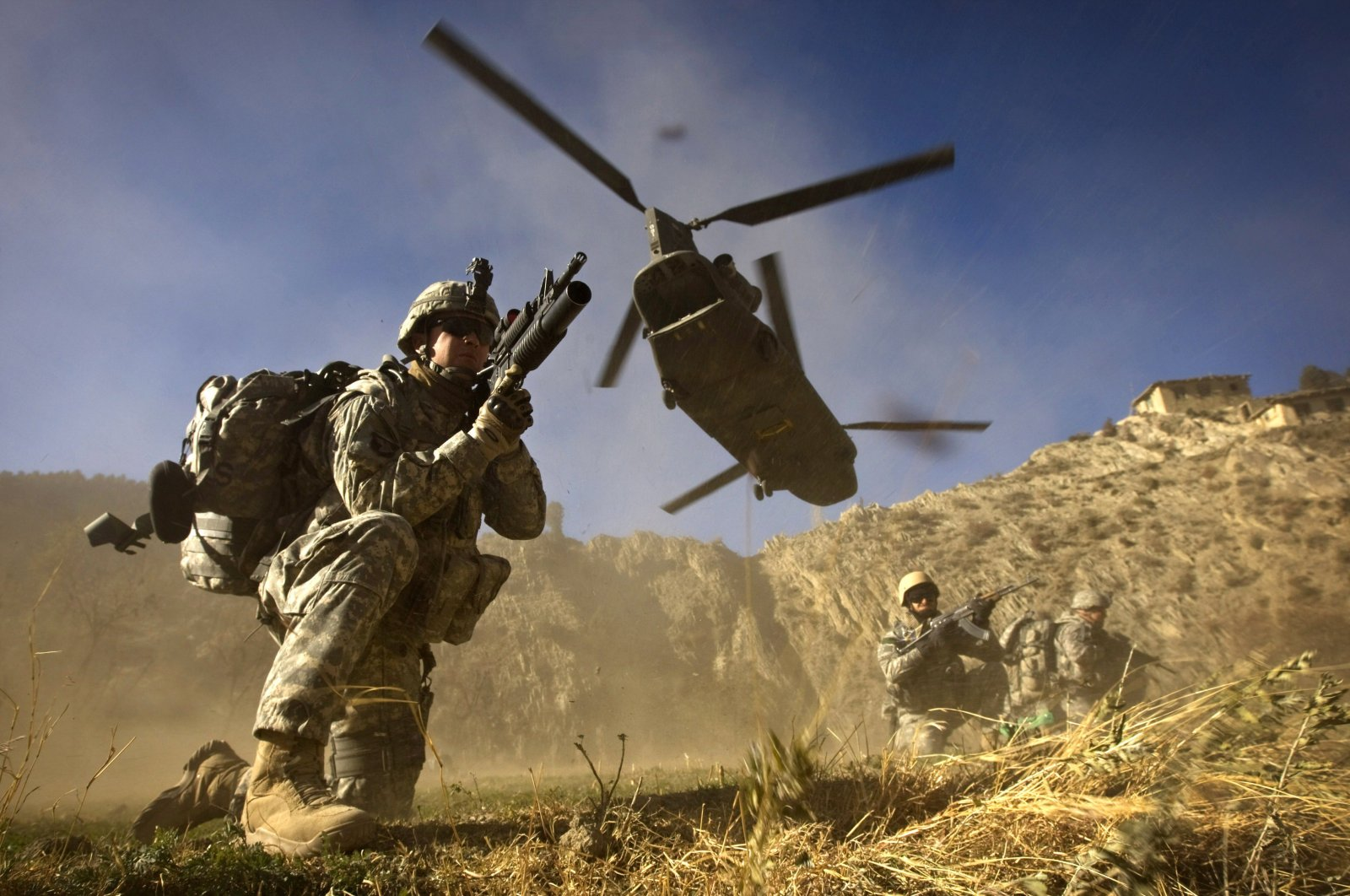 This file photo taken on November 20, 2008 shows US Army soldiers from 2-506 Infantry 101st Airborne Division and Afghan National Army soldiers taking positions after racing off the back of a UH-47 Chinook helicopter during the launch of Operation Shir Pacha into the Derezda Valley in the rugged Spira mountains in Khost province, along the Afghan-Pakistan Border, directly across the border from Pakistan's Waziristan region. (AFP Photo)