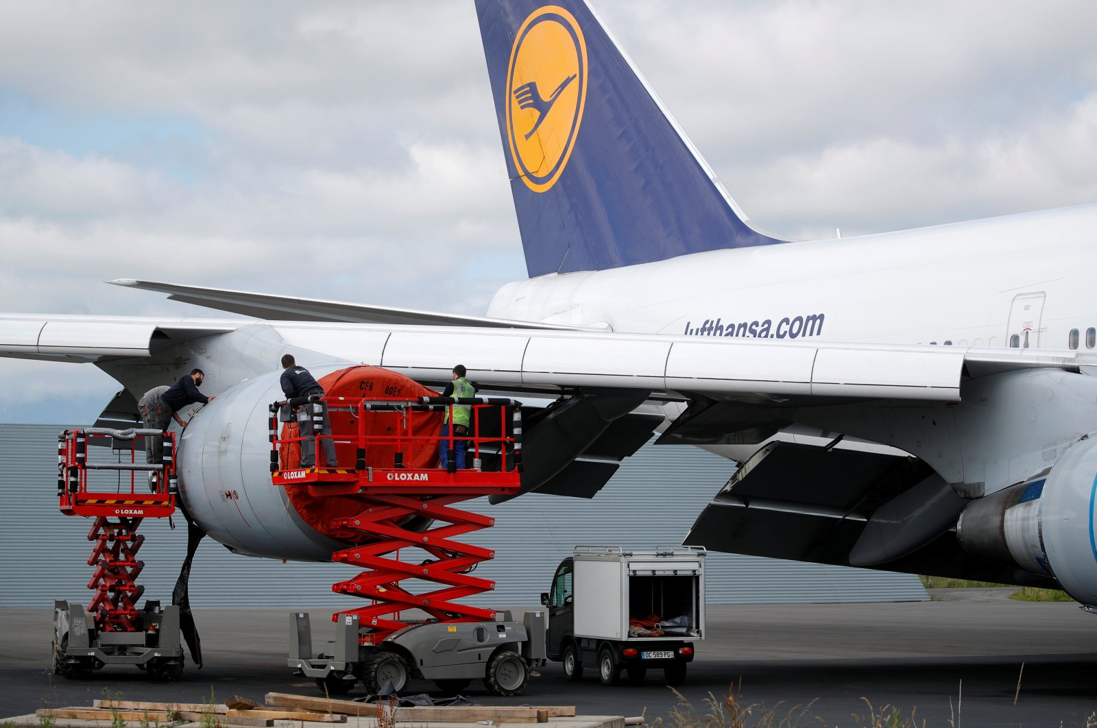 Employees work on a Lufthansa Boeing 747 at French aircraft storage and recycling company Tarmac Aerosave in Tarbes following the coronavirus disease (COVID-19) outbreak in France, June 19, 2020. (Reuters Photo)