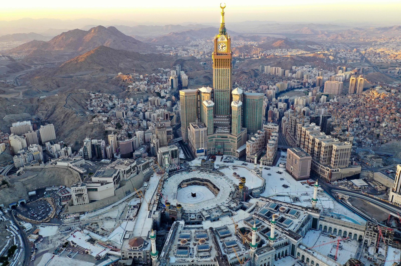 An aerial view shows the Great Mosque and the Mecca Tower, deserted on the first day of the Muslim fasting month of Ramadan, in the Saudi holy city of Mecca, April 24, 2020. (AFP Photo)