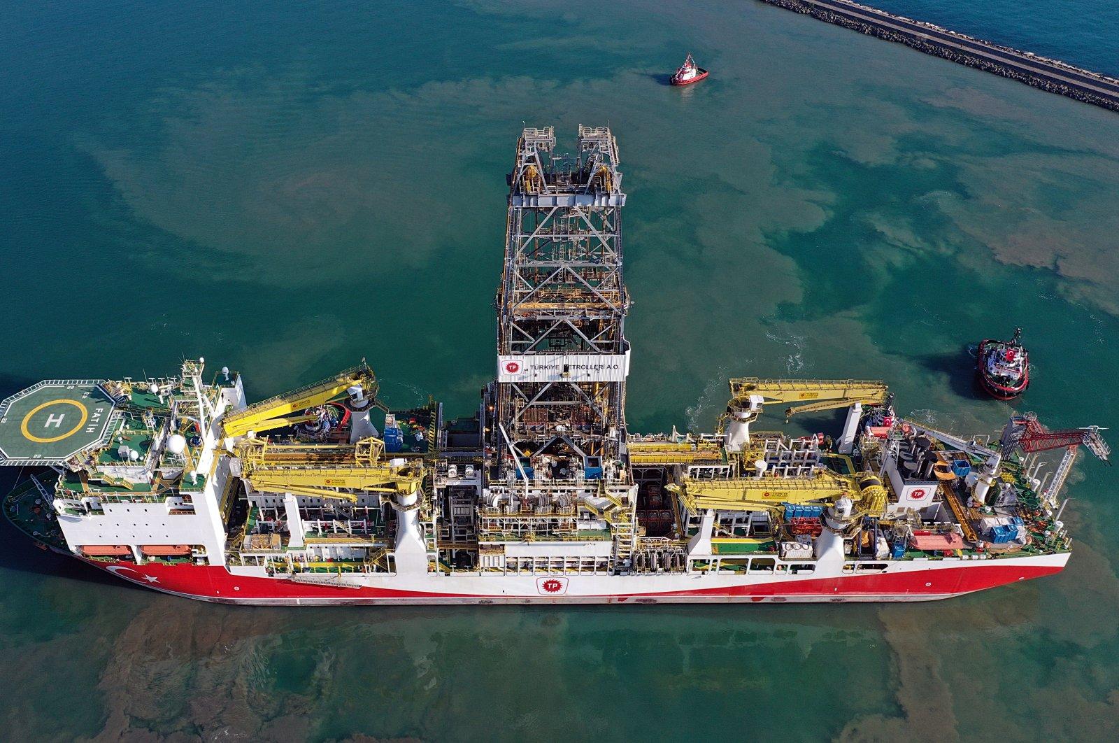 A drone photo shows the Turkish drillship Fatih leaving the Port of Trabzon for a drilling mission in the Black Sea, June 26, 2020. (AA Photo)   ( Hakan Burak Altunöz - Anadolu Ajansı )