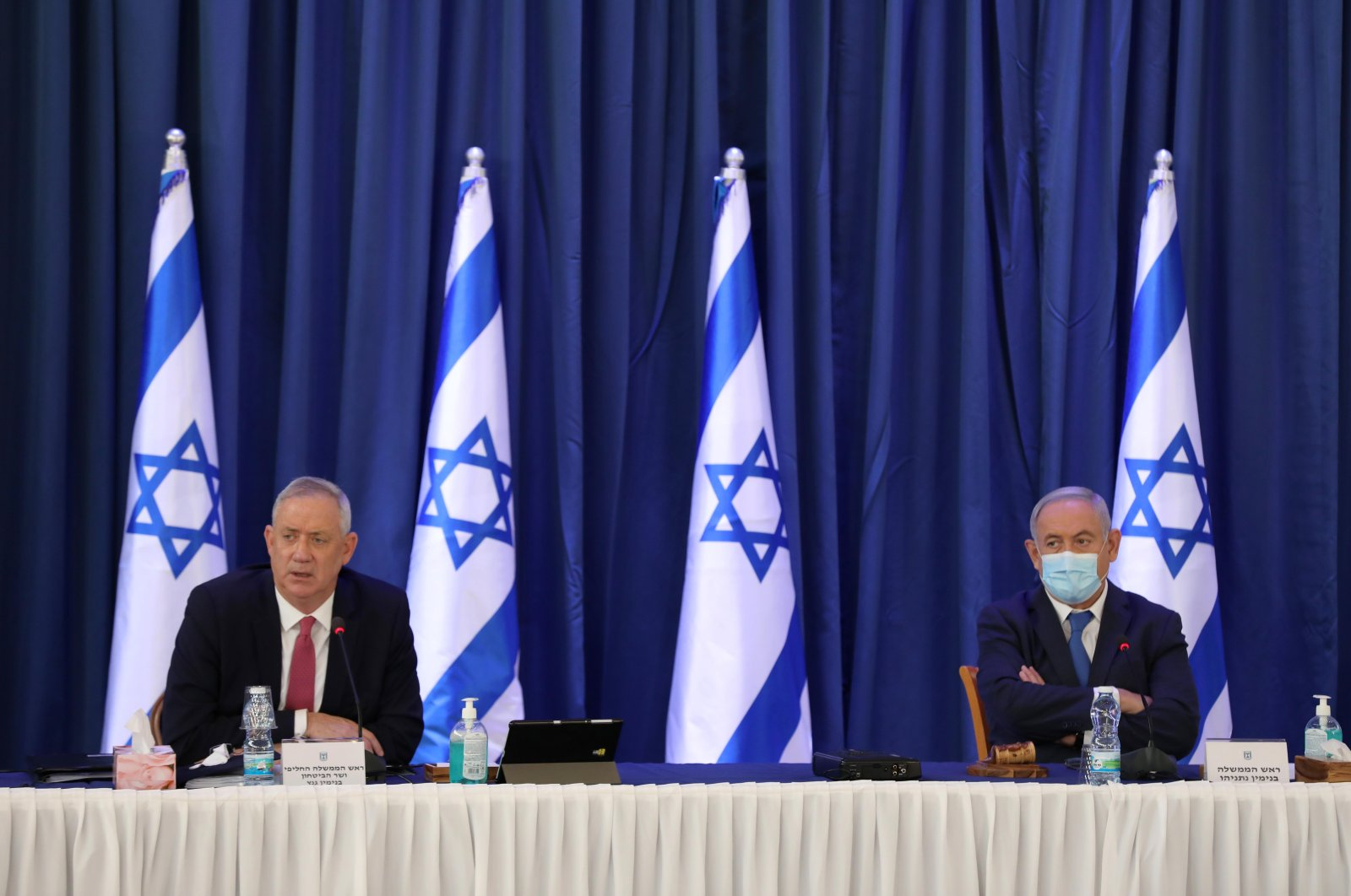 Israeli Prime Minister Benjamin Netanyahu (R) and alternate-PM and Defence Minister Benny Gantz attend the weekly cabinet meeting in Jerusalem on June 21, 2020. (AFP Photo)