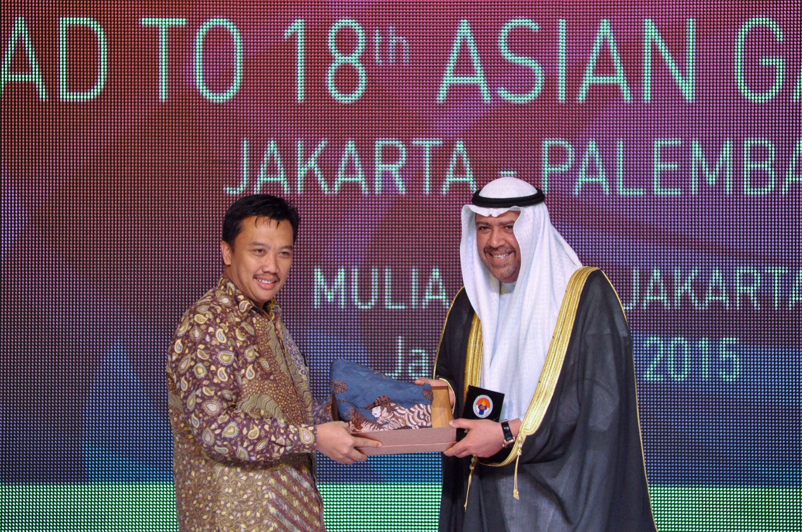 Indonesian Minister of Youth and Sport Imam Nahrawi (L) gives a souvenir to Sheikh Ahmad Al-Fahad Al-Sabah (R) at a ceremony in Jakarta on Jan. 7, 2015. (AFP Photo)